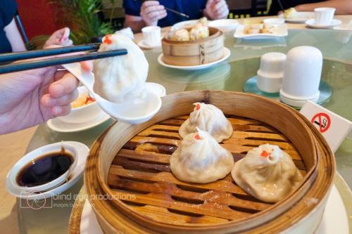 Fungers technique for eating xiao long bao