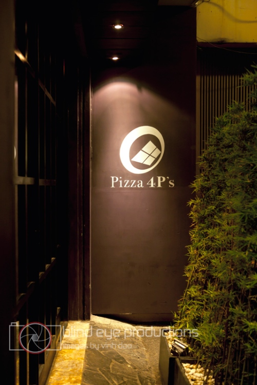 The entrance for Pizza 4P